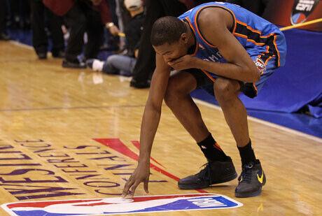 La decepción de Kevin Durant tras la derrota ante los Mavericks./Getty Images