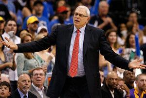 Phil Jackson se dirige a sus jugadores en el cuarto partido y definitivo partido de la serie entre los Lakers y los Mavs