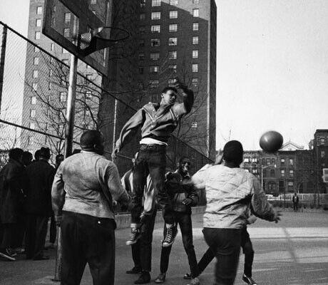 Año 1965, un grupo de jóvenes juega al basket en Harlem (Nueva York)./Getty Images