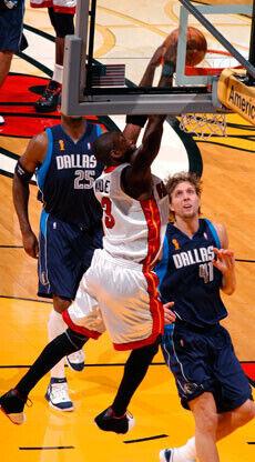 Mate de Wade ante la presencia de Nowitzki en una acción del quinto partido de las Finales 2003 entre los Heat y los Mavs./Getty Images
