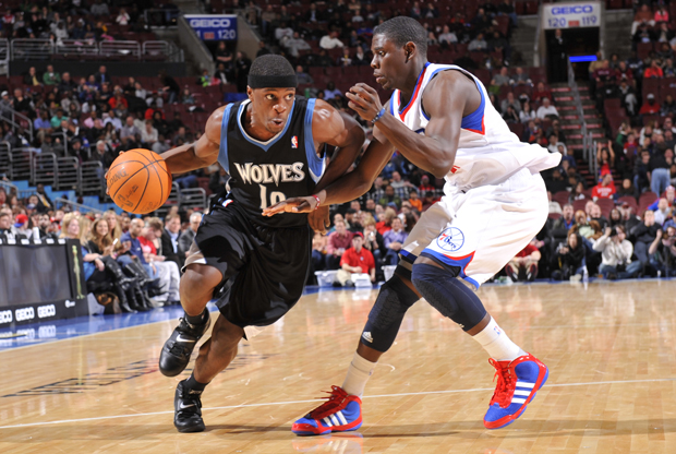 Jonny Flynn (Minnesota Timberwolves) frente a Jrue Holiday (Philadelphia 76ers)./ Getty Images