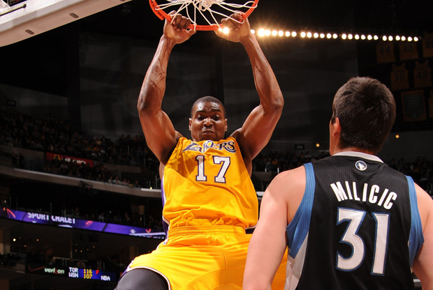 Andrew Bynum (Los Angeles Lakers) frente a Darko Milicic (Minnesota Timberwolves)./ Getty Images