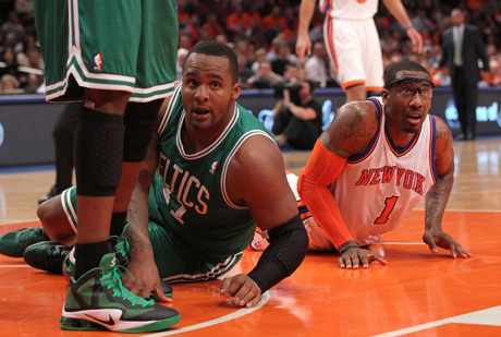 Glen Davis (Boston Celtics) y Amar'e Stoudemire (New York Knicks)./ Getty Images