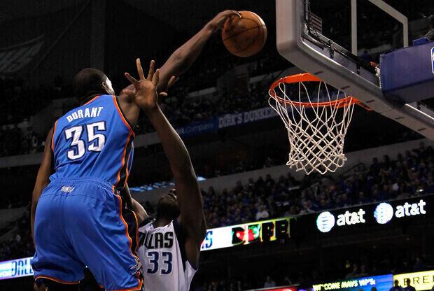 Kevin Durant (Oklahoma City Thunder) hace un mate sobre Brendan Haywood (Dallas Mavericks)./ Getty Images