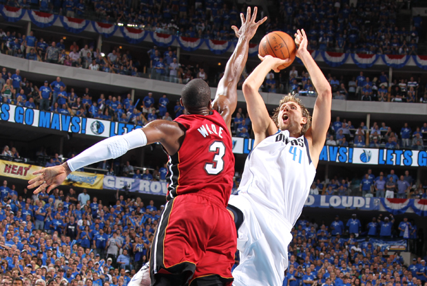 Dirk Nowitzki (Dallas Mavericks) y Dwyane Wade (Miami Heat)./ Getty Images