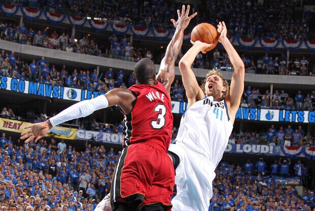 Dirk Nowitzki (Dallas Mavericks) y Dwyane Wade (Miami Heat)./ Getty Images