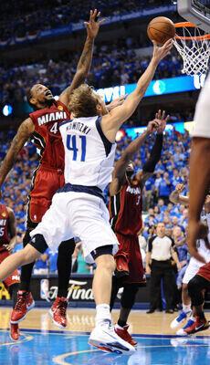 Dirk Nowitzki (#41 Dallas Mavericks) frente a Udonis Haslem (#40 Miami Heat)./ Getty Images