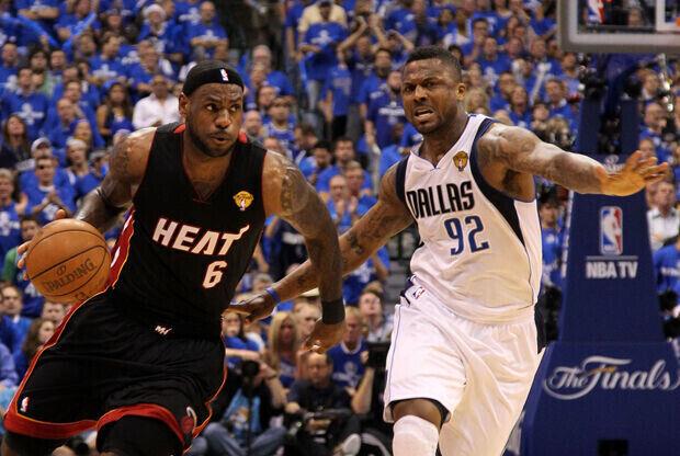 LeBron James (Miami Heat) frente a DeShawn Stevenson (Dallas Mavericks)./ Getty Images