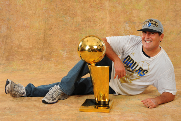 Mark Cuban, dueño de Dallas Mavericks, con el trofeo Larry O'Brien./ Getty Images