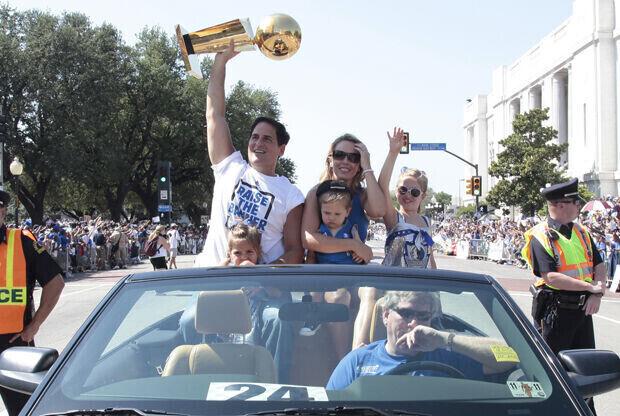 Mark Cuban, dueño de Dallas Mavericks, en el Victory Parade./ Getty Images