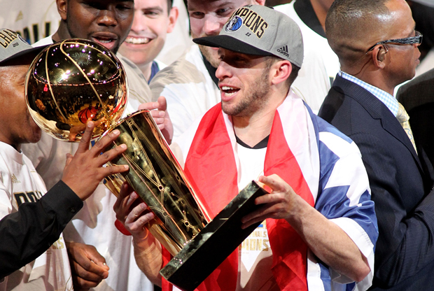 J.J. Barea, base de los Dallas Mavericks, con el trofeo Larry O'Brien./ Getty Images