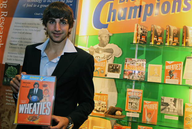 Ricky Rubio (Minnesota Timberwolves) posa con su caja personalizada de cereales Weathies./ Getty Images