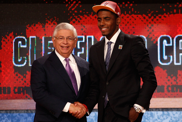 Kyrie Irving, de la Universidad de Duke, junto al Comisionado David Stern./ Getty Images