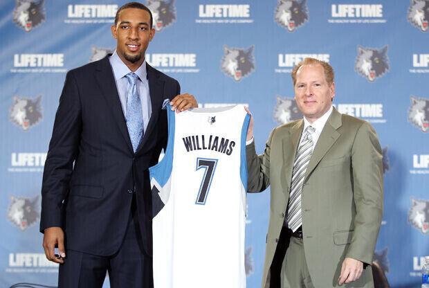 David Kahn, general manager de Minnesota Timberwolves, presenta a Derrick Williams como número dos del Draft./ Getty Images