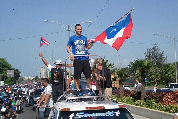 J.J. Barea, base de los Dallas Mavericks, celebra el título por las calles de Puerto Rico