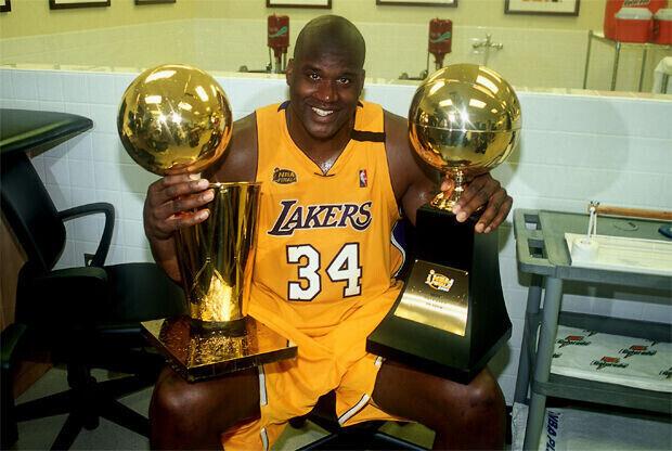 Shaquille O'Neal (Los Angeles Lakers) después de ganar las Finales de 2000 y el MVP de los playoffs./ Getty Images