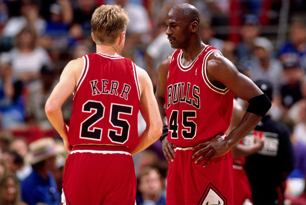 Michael Jordan y Steve Kerr, de los Chicago Bulls.- 1995./ Getty Images