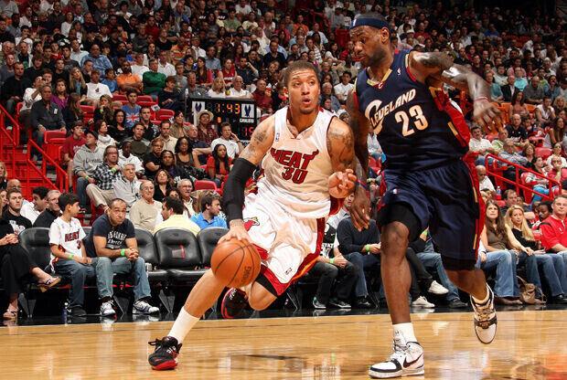 Michael Beasley (temporada 2009-2010 Miami Heat) y LeBron James (temporada 2009-2010 Cleveland Cavaliers)./ Getty Images