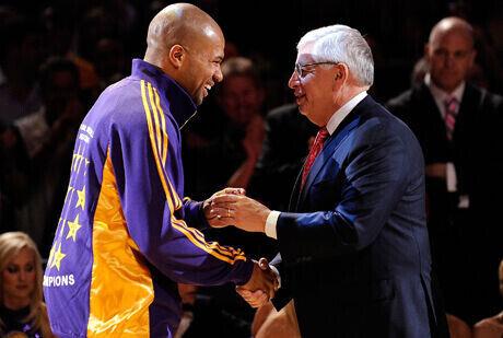 Derek Fisher, base de Los Angeles Lakers y presidente del sindicato de jugdores, y David Stern, Comisionado de la NBA./ Getty Images