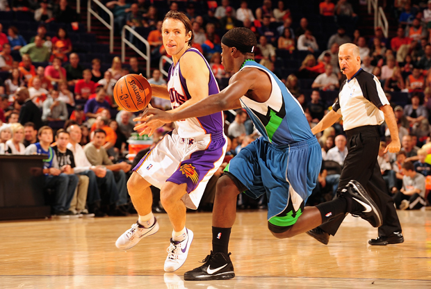 Steve Nash (#13 Phoenix Suns) frente a Jonny Flynn (#10 Minnesota Timberwolves)./ Getty Images