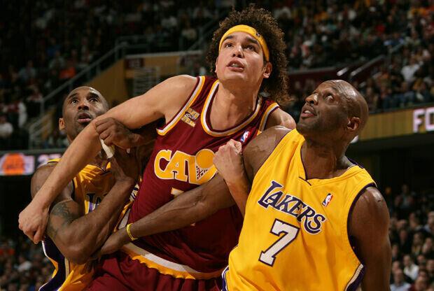 Anderson Varejao (Cleveland Cavaliers) peleando un rebote con Kobe Bryant y Lamar Odom (Los Angeles Lakers)./ Getty Images