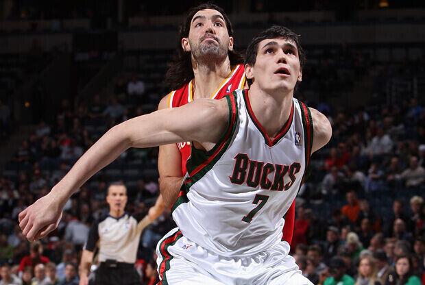 Ersan Ilyasova (Milwaukee Bucks) y Luis Scola (Houston Rockets)./ Getty Images
