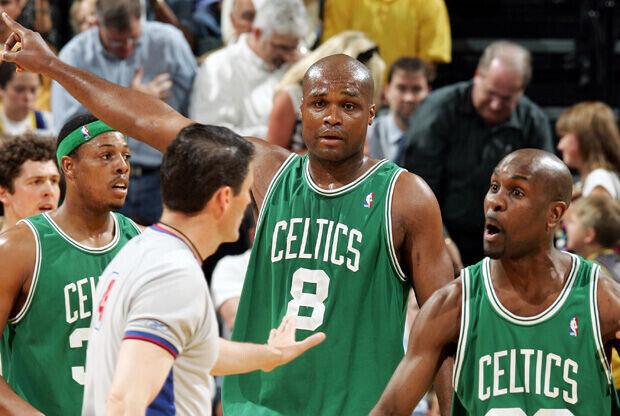 Antoine Walker, en el centro, con el número 8 en su etapa como jugador de los Celtics./Getty