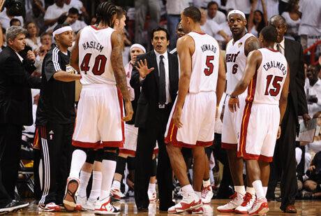 Erik Spoelstra, técnico de los Heat, se dirige a sus jugadores durante un tiempo muerto./Getty