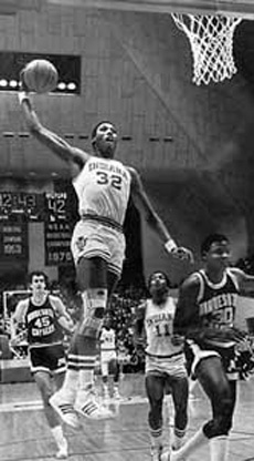 Landon Turner efectúa un mate en su época de jugador de la Universidad de Indiana