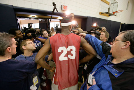 LeBron James, atendiendo a la prensa./Getty