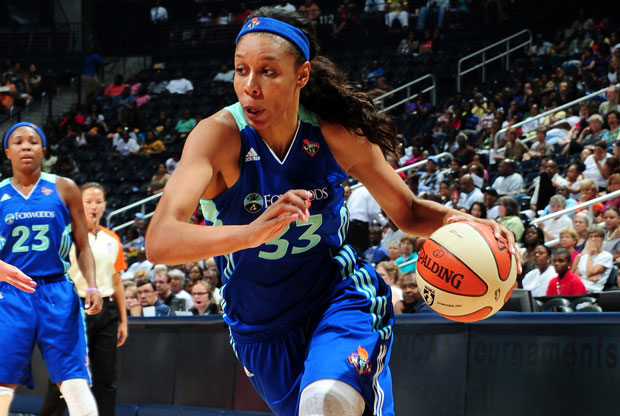 Plenette Pierson, de New York Liberty, dribla hacia el aro./Getty