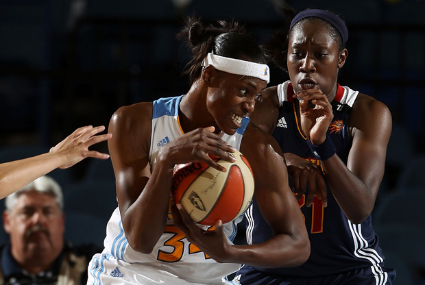 Tina Charles (Connecticut Sun) defendiendo la penetración de Sylvia Fowles (Chicago Sky)./Getty