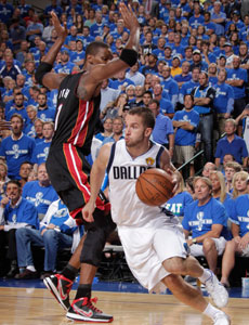 JJ Barea supera a Bosh en bote./Getty