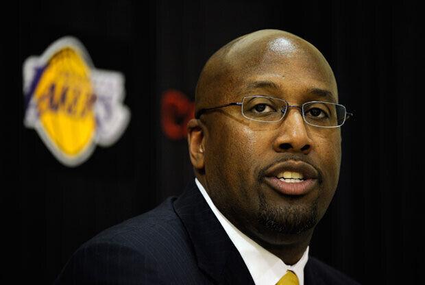 Mike Brown, el su alocución ante los medios el día de su presentación como técnico de los Lakers./Getty