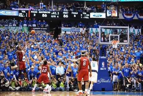 Chris Bosh anota el tiro de la victoria de los Heat de Miami./Getty