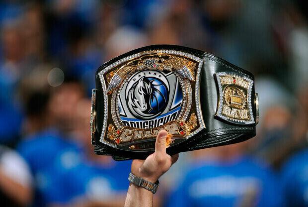 Un aficionado de los Mavs enseña un peculiar anillo de campeones./Getty