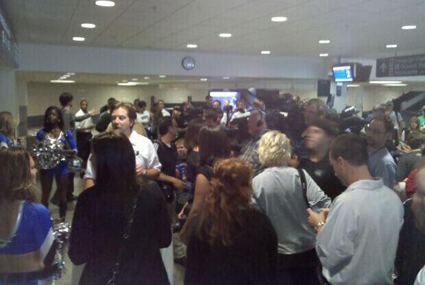 Prensa, pom-pom girls y aficionados esperan a Ricky Rubio en el aeropuerto