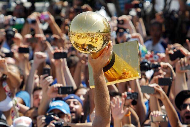 El trofeo de campéon paseó por las calles de Dallas./Getty