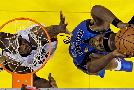 Brendan Haywood ejecuta un mate ante Joel Anthony./Getty
