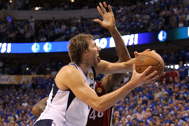 Dirk Nowitzki supera a Haslem en la canasta que daba la puntilla a los Heat./Getty