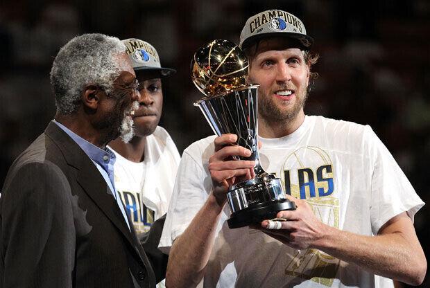 Bill Russell entregó a Dirk Nowitzki el trofeo que acredita al alemán MVP de las Finales./Getty