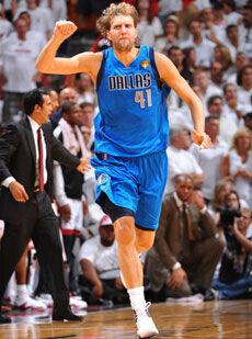 Dirk Nowitzki levanta el brazo tras una de sus canastas en el sexto partido./Getty