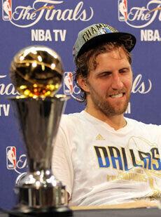 Nowitzki, con el trofeo de MVP en la rueda de prensa./Getty