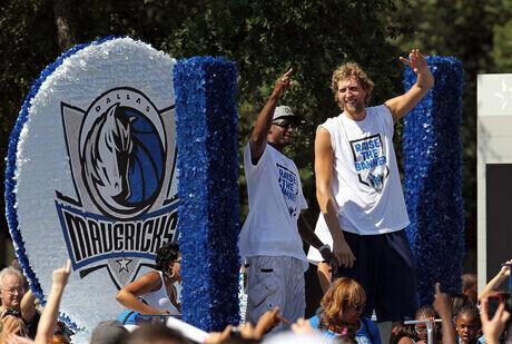 Jason Terry y Dirk Nowitzki, en el desfile de los campeones por las calles de Dallas./Getty