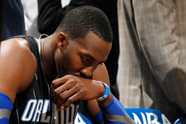 Dwight Howard, cabizbajo tras la eliminación de los Magic en playoffs./Getty