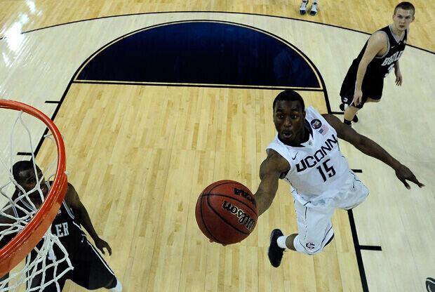 Kemba Walker finaliza con la izquierda una acción espectacular durante la Final Four de la NCAA./ Getty