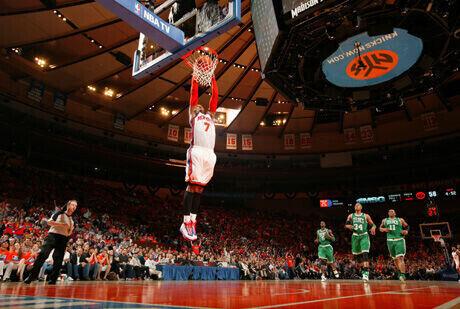Carmelo Anthony realiza un mate en uno de los partidos de playoffs ante los Celtics./Getty