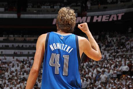 El gesto de Dirk Nowitzki tras la victoria de los Mavs en Miami./Getty