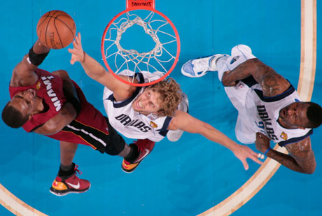 Nowitzki intenta taponar un lanzamiento de Chris Bosh./Getty