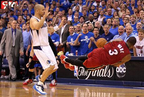 Dwayne Wade intenta el pase en la última jugada del partido./Getty